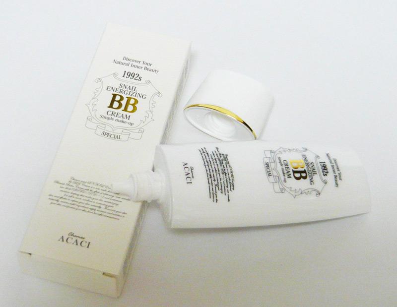 •美白効果、シワ改善効果、UVカット効果(SPA45/PA+++)の機能があり、テカリを防止しながらお肌に水分と栄養を供給する新しいスタイルのマルチ機能性BBクリーム